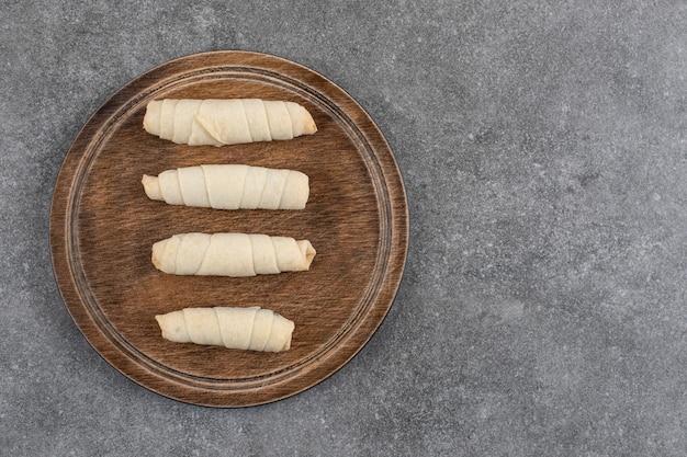 Vista dall'alto di biscotti freschi fatti in casa su tavola di legno