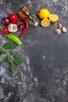 Вид сверху свежие ингредиенты, масло, чеснок, дольки лимона и другие продукты
