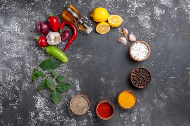 Vista dall'alto ingredienti freschi con limone e condimenti