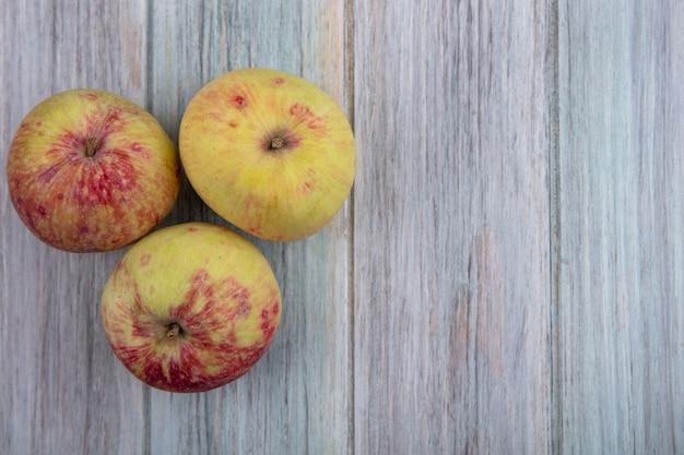 Vista dall'alto di mele fresche succose su uno sfondo grigio con spazio di copia