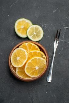 Vista dall'alto fette di limone fresco sulla superficie scura