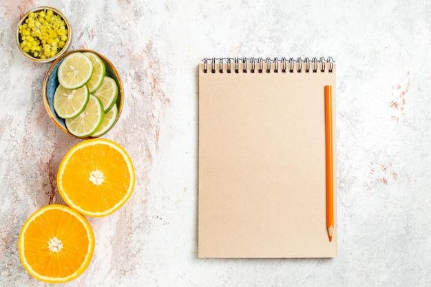 흰색 배경 감귤류 과일 주스 색상에 오렌지와 상위 뷰 신선한 레몬 조각
