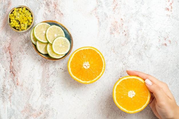 흰색 책상 감귤류 과일 신선한 색상에 오렌지와 상위 뷰 신선한 레몬 조각