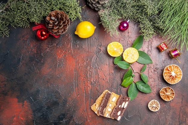 ダークテーブルの写真ダークフルーツに木とおもちゃと新鮮なレモンの上面図