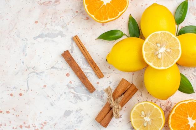 上面図新鮮なレモンは、明るい孤立した表面のない場所でオレンジシナモンをカットしました