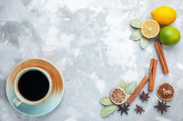 흰색 책상 열대 이국적인 과일 감귤류에 계피와 차 상위 뷰 신선한 레몬 육즙과 신