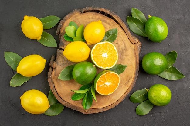 ダークテーブルのトップビューフレッシュレモンライムサワーフルーツシトラス