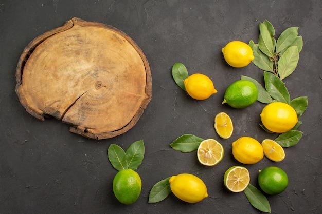 Vista dall'alto limoni freschi frutta acida sugli agrumi calce tavolo scuro
