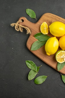 어두운 테이블에 상위 뷰 신선한 레몬 신 과일 감귤류 라임 익은