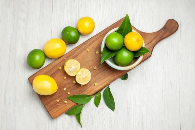 Limoni freschi vista dall'alto su priorità bassa bianca