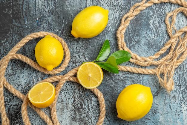 Limoni freschi vista dall'alto con corde