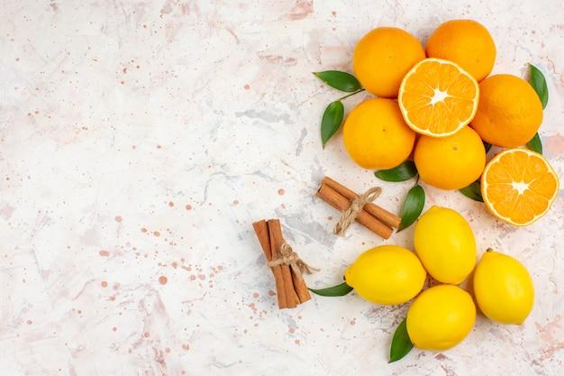 밝은 고립 된 표면 무료 장소에 상위 뷰 신선한 mandarines 레몬 계피 스틱