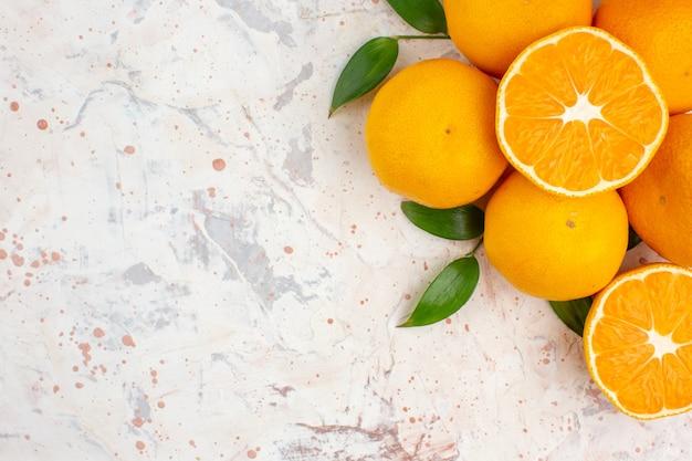 Вид сверху свежие апельсины мандаринов на яркой изолированной поверхности с копией пространства