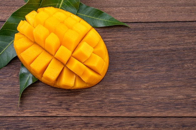 テーブルの上の新鮮なマンゴーの上面図