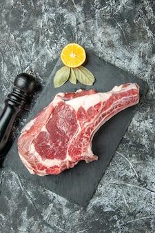 Fetta di carne fresca vista dall'alto su superficie grigio chiaro