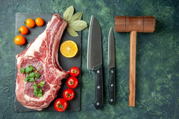 紺色の表面の上面図新鮮な肉のスライス