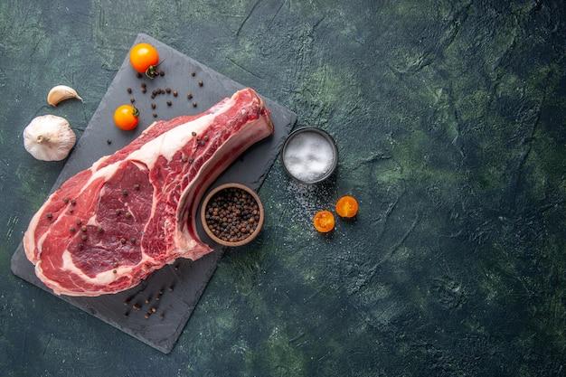 上面図新鮮な肉スライス生肉と唐辛子と塩を背景に暗い背景チキンミール写真色食品動物肉屋