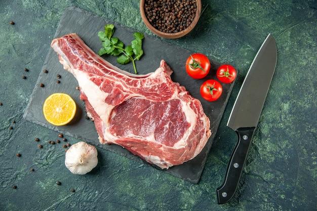 진한 파란색 배경 주방 동물 소 정육점 고기 닭고기 색상에 빨간 토마토와 함께 상위 뷰 신선한 고기 조각