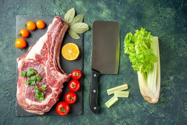 ダークブルーの背景にトマトと新鮮な肉のスライスを上面図食品肉キッチン動物肉屋鶏色牛