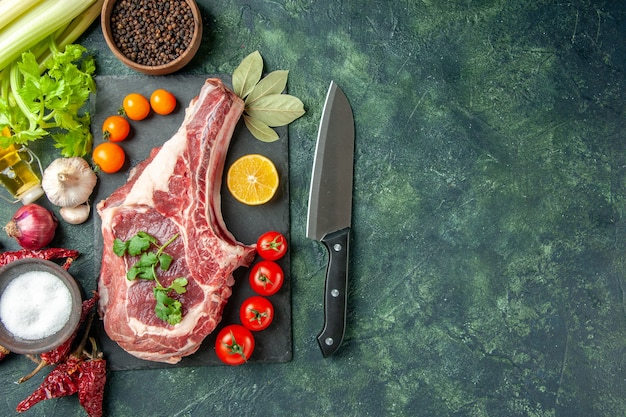上面図紺色の背景にトマトと新鮮な肉のスライス食品肉キッチン動物肉屋鶏色牛の空きスペース
