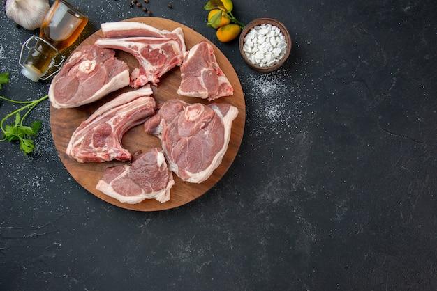 上面図新鮮な肉は暗いバーベキュー皿ペッパーキッチンフード牛料理動物の食事で生肉をスライスします