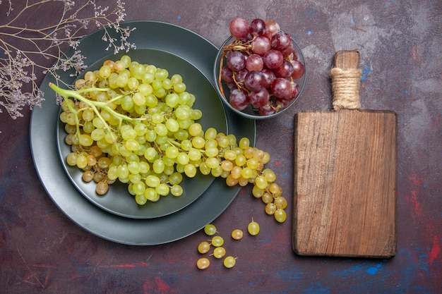 어두운 표면에 상위 뷰 신선한 부드러운 포도 녹색 포도 와인 신선한 포도 과일 나무 식물 익은