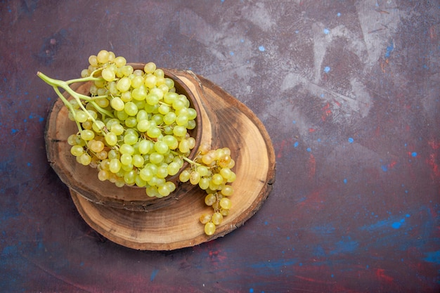 上面図暗い表面の新鮮なまろやかなブドウワイン新鮮なグレープフルーツ熟した木の植物