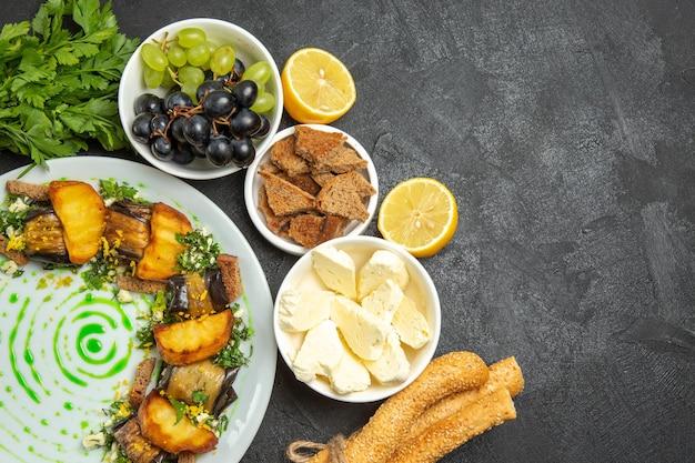 Vista dall'alto uva fresca e dolce con formaggio bianco e pane a fette su frutta di latte pasto di superficie scura