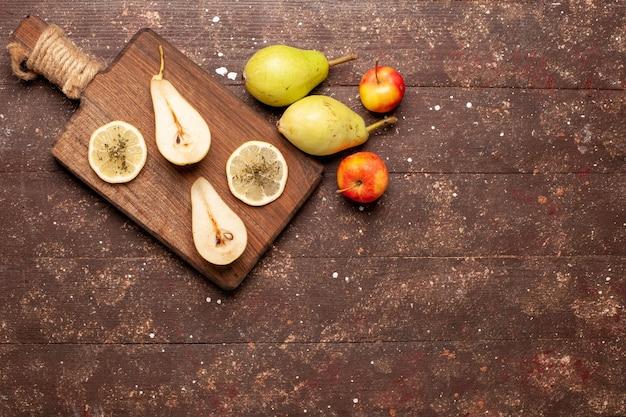 茶色の机の上に新鮮なまろやかな梨の上面図