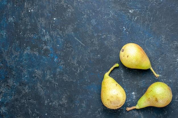Vista dall'alto di pere fresche e morbide intere frutta matura e dolce rivestite su grigio scuro, frutta fresca e morbida salute
