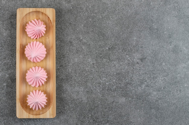 Vista dall'alto di biscotti di meringa fresca su tavola di legno