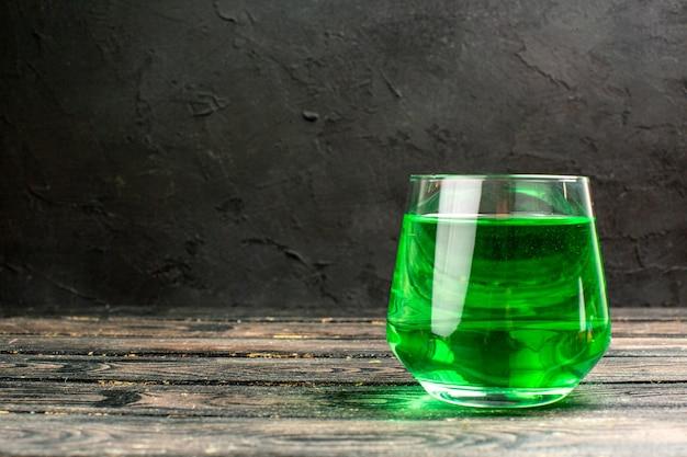 Vista dall'alto del delizioso succo naturale fresco in un bicchiere su sfondo nero