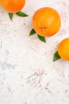 コピースペースのある明るい孤立した表面上の新鮮なオレンジの上面図