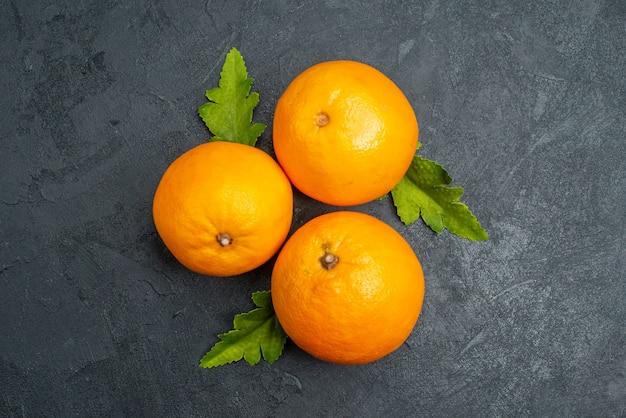 灰色の背景に新鮮なオレンジの上面図