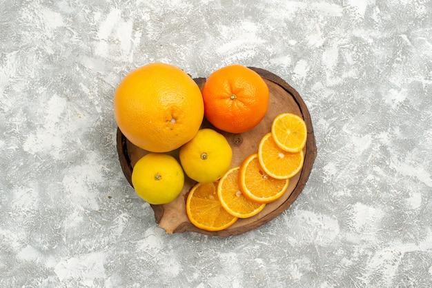 上面図白い背景にみかんと新鮮なオレンジ柑橘類のエキゾチックな熱帯の新鮮な果物
