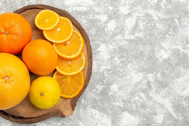 Vista dall'alto arance fresche con mandarini su sfondo bianco agrumi esotici tropicali frutta fresca