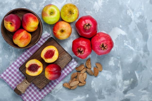 Вид сверху свежие персики, спелые и вкусные фрукты с яблоками на светло-белом столе