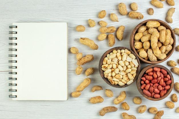 白いテーブルの上のビュー新鮮なピーナッツ
