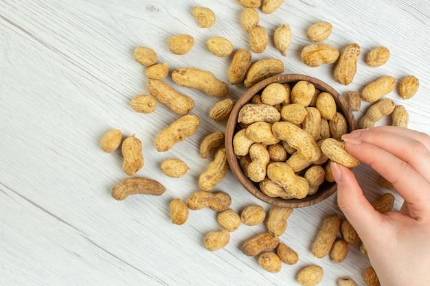 Vista dall'alto arachidi fresche sulla scrivania bianca