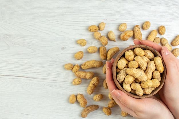 Vista dall'alto arachidi fresche sul tavolo bianco