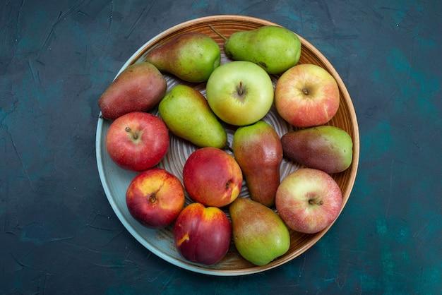 トップビューダークブルーの机の上にリンゴと新鮮な梨フルーツ新鮮なまろやかな熟した甘い