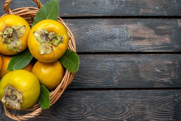 上面図新鮮な柿熟した甘い果物を木製の素朴なテーブル、フルーツまろや