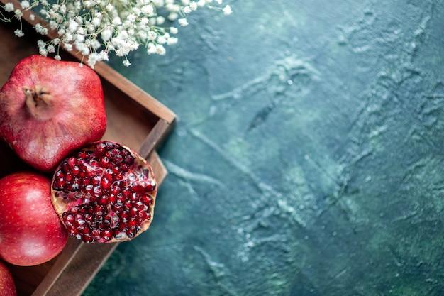 탁자 복사 장소에 있는 나무 서빙 보드에 있는 신선한 석류