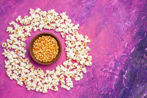 Vista dall'alto di popcorn freschi per la serata al cinema Foto Gratuite
