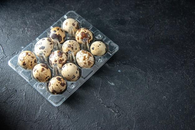 トップビュー暗い背景の新鮮なウズラの卵パイ朝食朝茶パン牛乳鳥動物