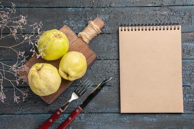 어두운 책상에 상위 뷰 신선한 모과 신맛과 부드러운 과일 식물 신선한 신 과일 나무 익은