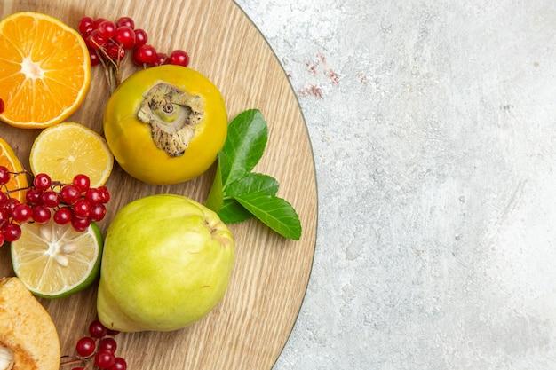上面図新鮮なマルメロと他の果物の白いテーブルフルーツ新鮮な熟したまろやか