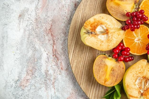 Вид сверху свежей айвы с другими фруктами на белом столе фрукты свежие спелые спелые