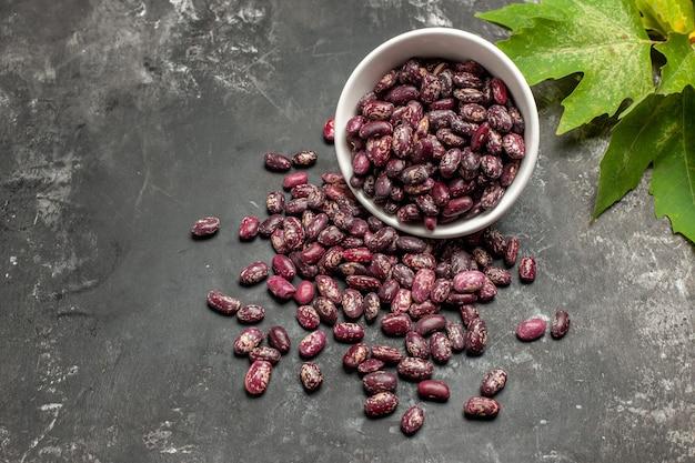 회색 표면에 상위 뷰 신선한 원료 콩