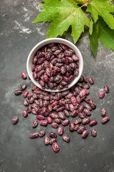 灰色の表面に緑の葉を持つ新鮮な生豆の上面図